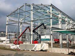 Der Schneidmühlenspezialist Hellweg Maschinenbau GmbH & Co. KG baut am Stammsitz in Roetgen in der Eifel eine neue Produktionshalle.